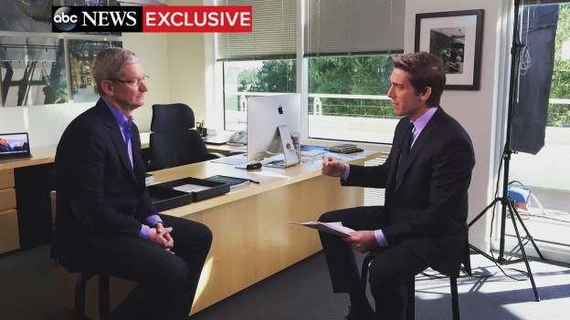 Bildschirmaufnahme des Fernsehinterviews mit Tim Cook. Er und der Interviewer von ABC sitzen in Tim Cooks Büro.