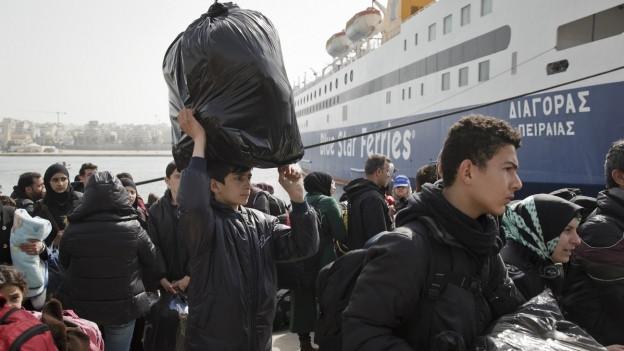 Syrische Flüchtlinge verlassen eine Fähre bei Piräus GR.