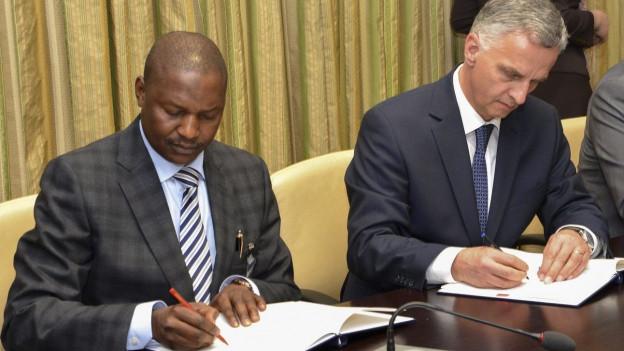 Bundesrat Didier Burkhalter unterschreibt in Nigeria eine Absichtserklärung, das gestohlene Geld zurück zu bezahlen.