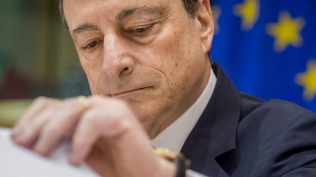 EZB-Chef Mario Draghi an einer Pressekonferenz - im Hintergrund die EU-Fahne.
