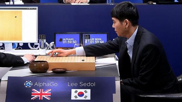 Der Weltbeste Go-Spieler Lee Sedol setzt seine Steine gegen das Computerprogramm AlphaGo.