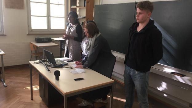 Das Bild zeigt Berner Schüler, die ein Referat halten zum Thema Flüchtlinge.