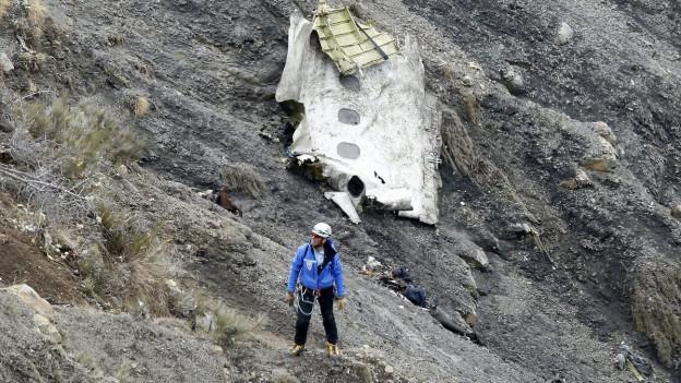 Ein Rettungsarbeiter steht an der Absturzstelle des German Airbus A320, der in den französisch Alpen abgestürzt ist.
