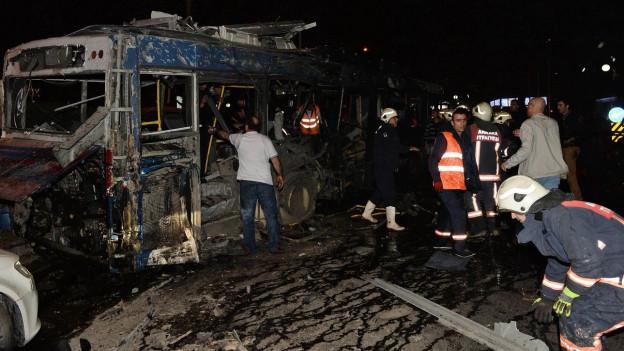 Nach einer Autobombe in Ankara, versuchen Feuerwehrleute zu helfen.