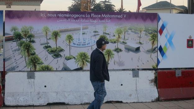 Der Platz Mohammed V. ist Casablancas repräsentatives Zentrum – hier stehen die wichtigsten öffentlichen Gebäude. Im Moment ist der Platz jedoch vor allem eine grosse Baustelle. Aber die Bilder auf den Bauabschrankungen zeigen, wie es hier in Zukunft aussehen soll.