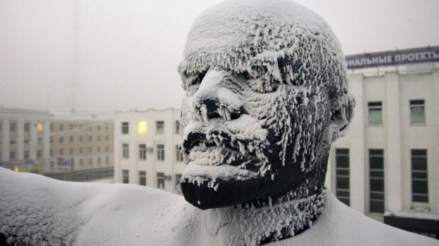 Eine Statue des russischen Revolutionsführers Lenin im Zentrum von Jakutsk ist mit Eis überzogen.