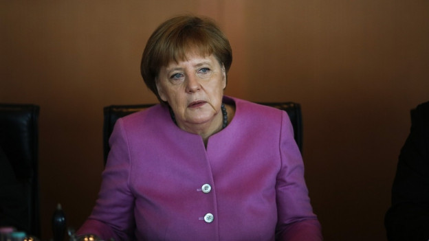 Angela Merkel alleine an einem Tisch.