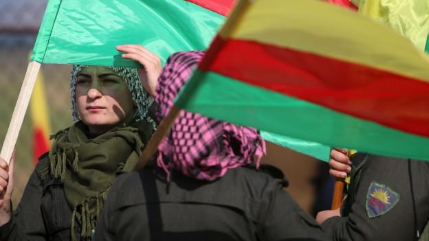 Frauen mit kurdischen Fahnen.