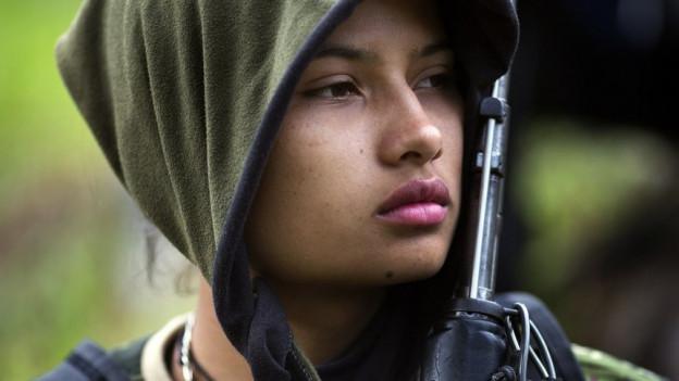 Porträtaufnahme einer 20-jährigen FARC-Guerillera