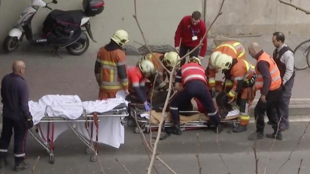 Rettungsarbeiter schauen zu einem Opfer an einer U-Bahn-Station in Brüssel.
