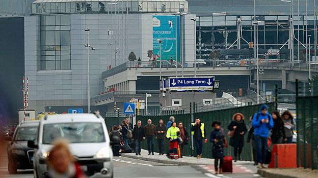Eine Gruppe Reisender nach der Evakuation aus dem Flughafen Brüssel.