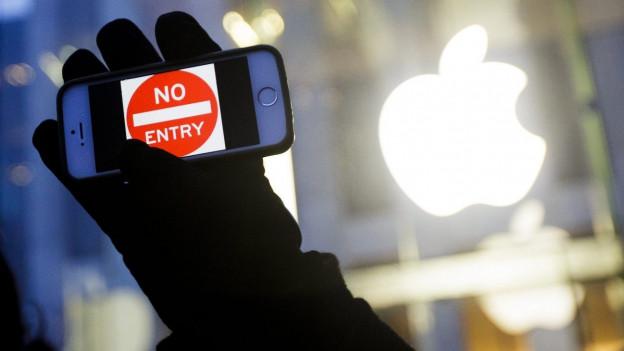 Eine Hand hält ein iPhone ins Bild. Auf dem Display steht: No Entry.