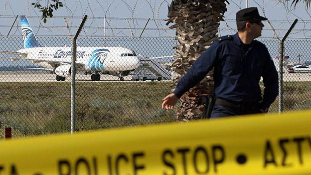 Die Maschine der Egypt Air steht auf dem Flughafen von Larnaka.