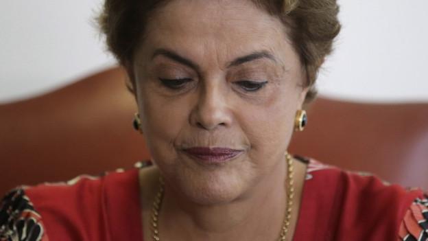 Dilma Rousseff schaut nach unten.