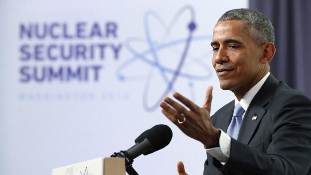 Obama am Rednerpult vor Gipfel-Logo