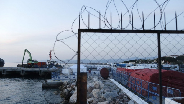 Beim türkischen Hafen in Izmir bereiten sich türkische Beamte auf die zurückgeschickten Flüchtlinge aus Syrien vor.