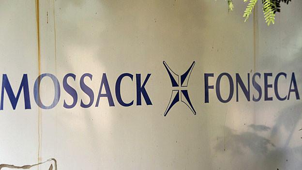 «Mossack+Fonseca» steht in blauen Buchstaben auf einer weissen Wand.