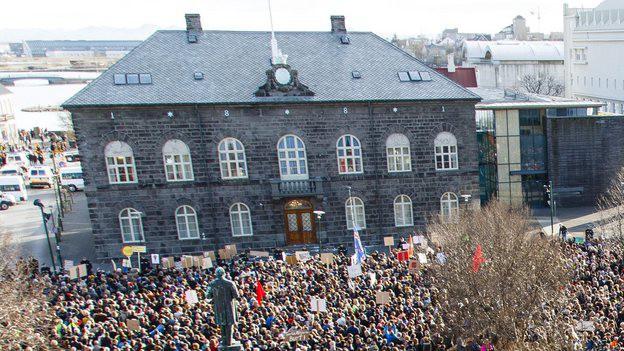 Tausende protestieren vor dem isländischen Parlamentsgebäude in Ryjekjavik gegen die Regierung.