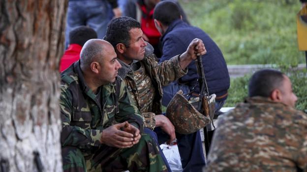 Zu sehen sind armenische Freiwillige in der Region Berg-Karabach, wo Kämpfe mit der Armee Aserbeidschans im Gang sind.