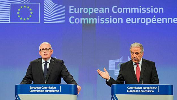 EU-Vize-Kommissionspräsident Frans Timmermans und der EU-Kommissar für Migration Dimitris Avramopoulos an der Medienkonferenz in Brüssel.