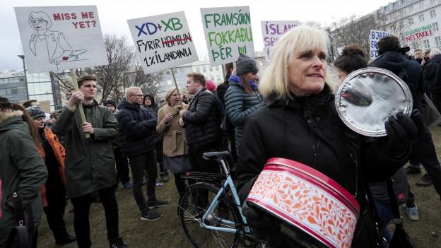 Zu sehen sind Isländerinnen und Isländer, die in Reykjavik gegen den inzwischen zurückgetretenen Premier Gunnlaugsson protestieren.