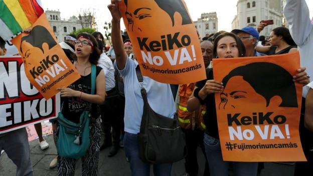 Zu sehen sind Demonstranten in Lima gegen Keiko Fujimori, Favoritin bei den Präsidentschaftswahlen vom kommenden Sonntag.