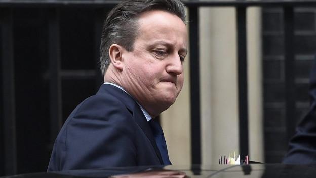 Der britische Premierminister David Cameron steigt aus einem Auto