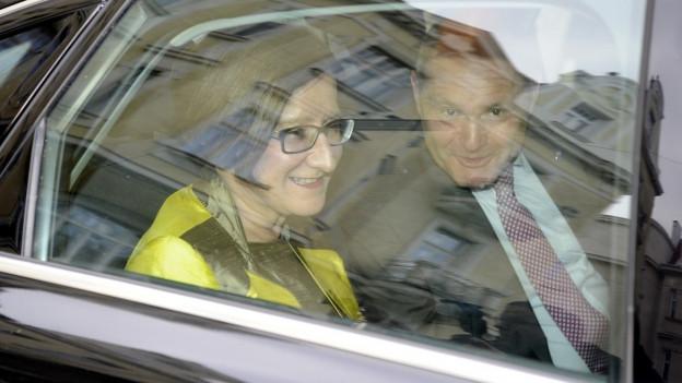 Innenministerin Mikl-Leitner und Wolfgang Sobotka, der Finanzlandesrat von Niederösterreich zusammen im Auto.