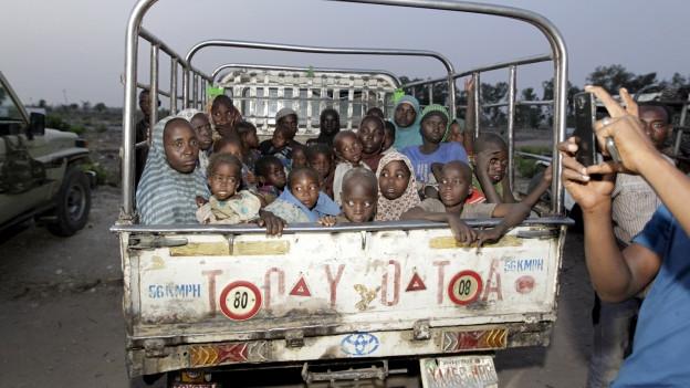 Ein Lastwagen - voller geretteter Kinder in Nigeria