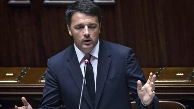 Das Bild zeigt Matteo Renzi am Rednerpult