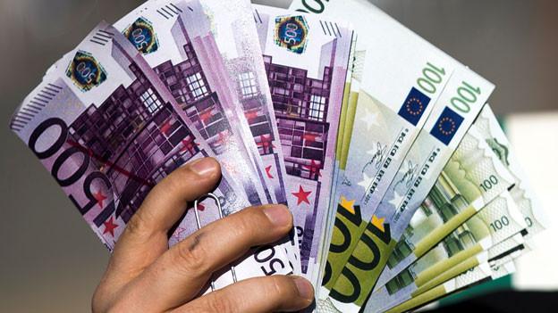 Konzerne müssen künftig offenlegen, wo sie wie viel Geld verdienen und wo sie wie viel versteuerern. Das gilt für Konzerne mit einem Jahresumsatz von mehr als 750 Millionen Euro.