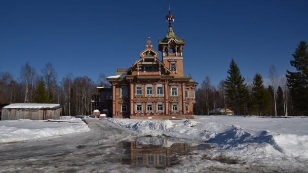 Einprachtvoller Palast aus Holz, mit Erkern und Giebeln