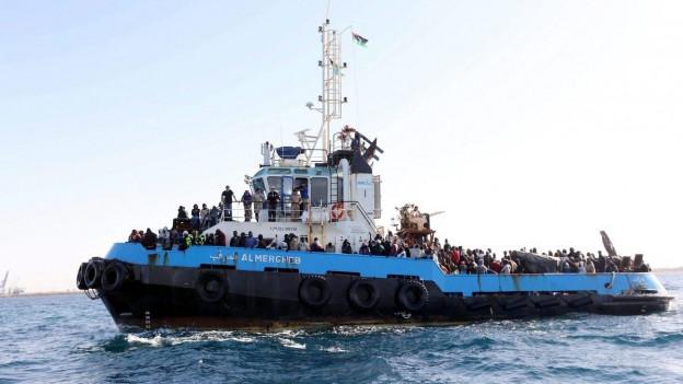 Ein Schiff der libyschen Küstenwache mit Flüchtlingen an Bord.
