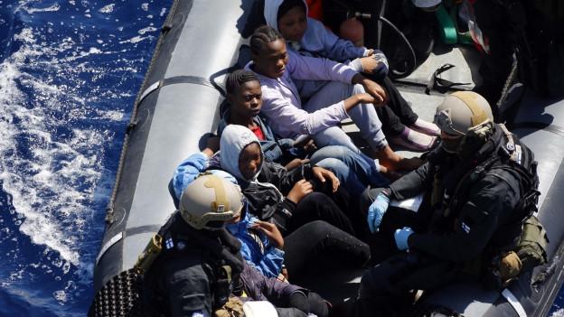 Gerettete Flüchtlinge in einem Boot der deutschen Marine.