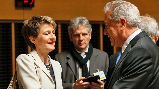 Justizministerin Simonetta Sommaruga begrüsst in Luxemburg den EU-Flüchtlingskommissar Dimitris Avramopoulos.