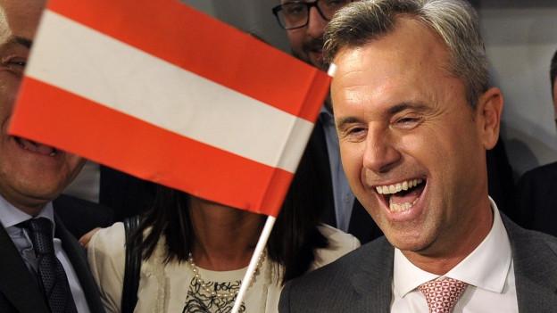 Zu sehen ist Norbert Hofer von der FPÖ, der klare Sieger nach der ersten Runde bei der österreichischen Bundespräsidentenwahl.