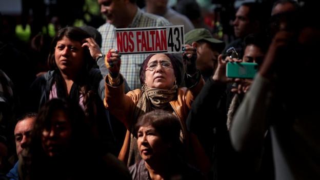 Zu sehen sind Demonstranten in Mexiko-Stadt, die eine vollständige Aufklärung des Verbrechens fordern.