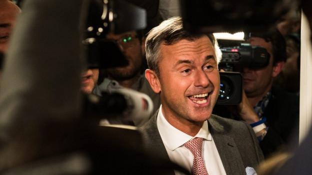 Wahlsieger Norbert Hofer freut sich mit FPÖ-Mitglieder über das gute Wahlergebnis.