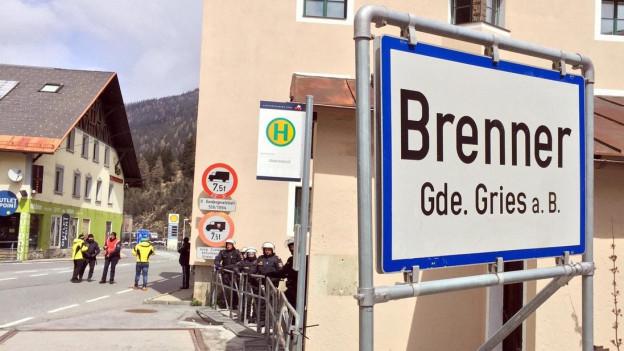 Zu sehen sind Polizisten an der österreich-italienischen Grenze am Brenner.
