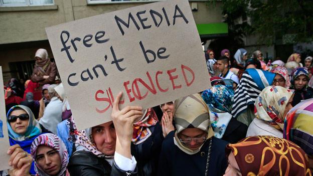 Bürgerinnen wehren sich gegen die Unterdrückung der Presse-und Meinungsfreiheit in der Türkei.