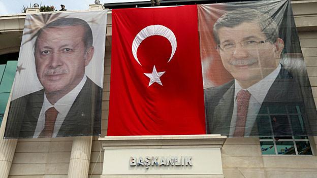 Ein Bild des türkische Präsidenten Erdogan, eine türkische Flagge, ein Bild des türkischen Premiers Davutoglu an einer Hausfassade in Istanbul.