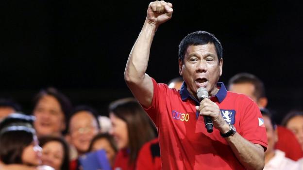 Rodrigo Duterte, will Präsident von den Philippinen werden. Hier spricht er an einer Kundgebung in der Umgebung von Manila.