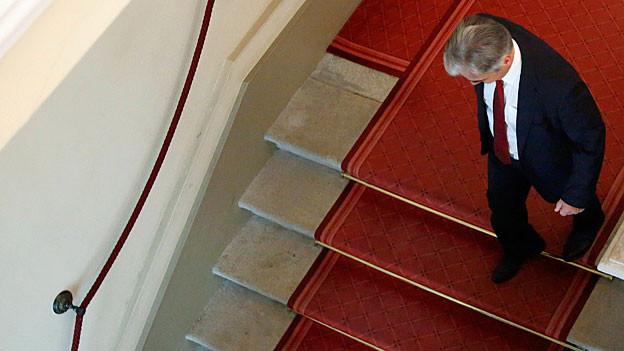 Kanzler Fayman verlässt die Medienkonferenz über eine Treppe.