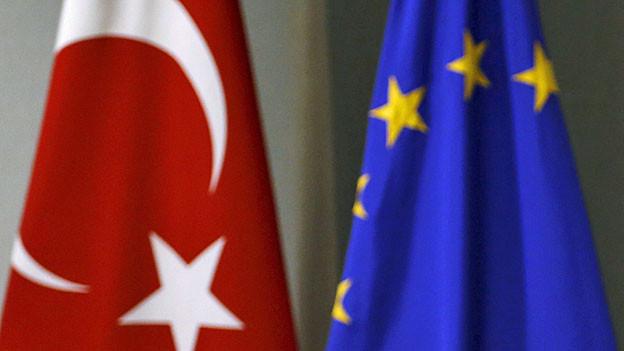 Eine türkische und eine EU-Flagge.