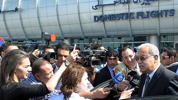 Der ägyptische Premier Sharif Ismail spricht auf dem Flughafen Kairo zu den Medien.