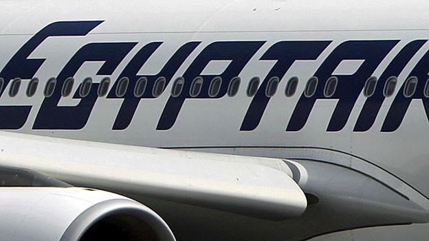 «Egypt Air» steht in dunkelblauen Buchstaben auf einem weissen Flugzeugrumpf.