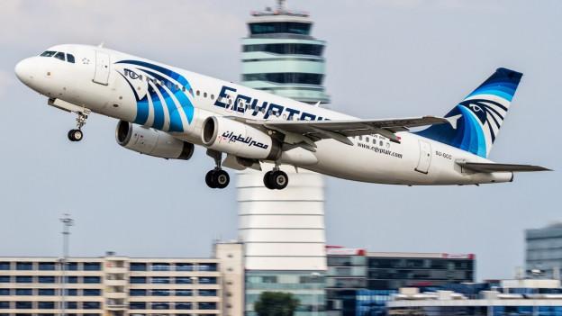 Zu sehen ist ein Airbus A320 der EgyptAir. Ein Flugzeug dieses Typs ist in der Nacht auf Donnerstag über dem Mittelmeer abgestürzt.