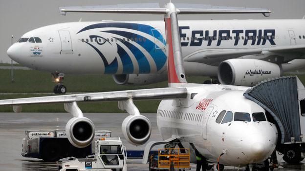 Bei der Suche nach Wrackteilen der abgestürzten Egypt-Air-Maschine sind erste Objekte gefunden worden.