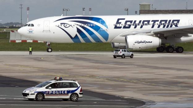 Eine Maschine der Egypt Air auf einem Rollfeld.