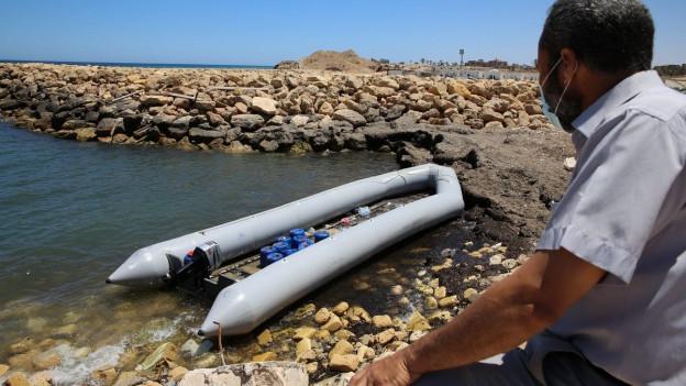 Warten auf die Überfahrt:Flüchtling an der libyschen Küste